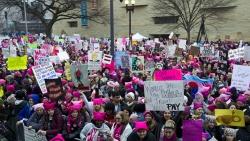 В США тысячи женщин вышли на марш протеста против Трампа
